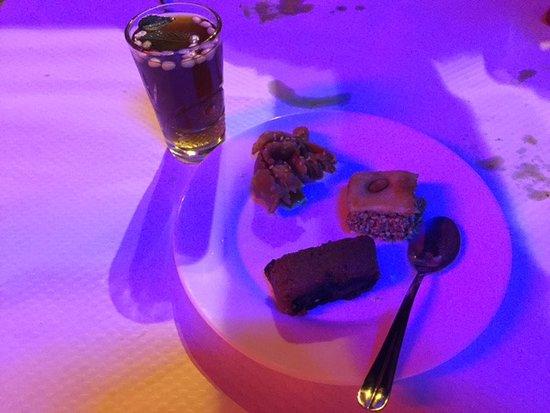 Бриньоль, Франция: petit thé à la menthe et pignon accompagné de ses douceurs sucrées