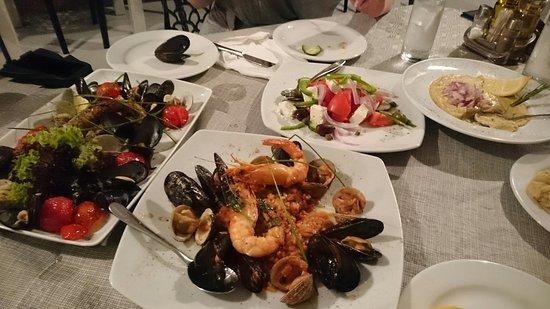 White Restaurant Bar: Pyszne owoce morza,  profesjonalny serwis