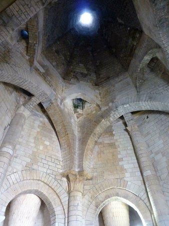 Fontevraud-l'Abbaye, Francia: les cheminées de la Cuisine pour fumer le saumon de la Loire