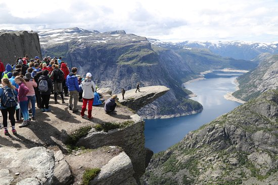 Trolltunga: The view, the crowd
