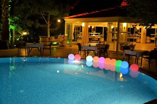 Dalyan Resort: Night pool area