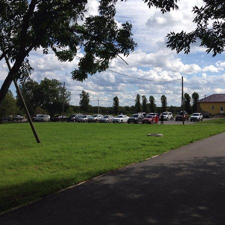Leningrad Oblast, Rusia: База отдыха. Автостоянка для гостей. Свадебный кортеж