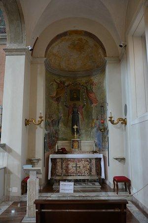 Basilica di Santa Maria in Domnica alla Navicella: Un altare laterale, il dx