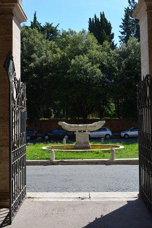 Basilica di Santa Maria in Domnica alla Navicella: La Navicella e la attuale sistemazione a fontana, all'uscita della chiesa di Santa Maria in domi
