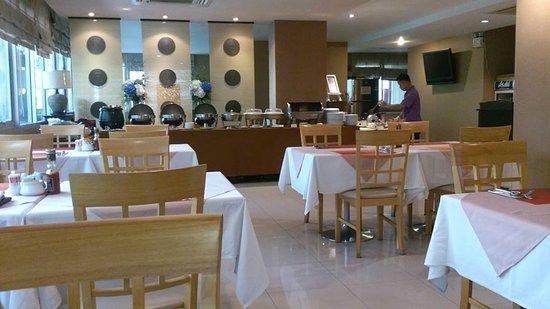 德奧德尼酒店: 餐廳明亮,但早餐太差!