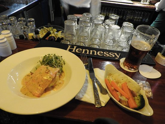 Ennis, Irlanda: Our main course was Salmon, which was delicious