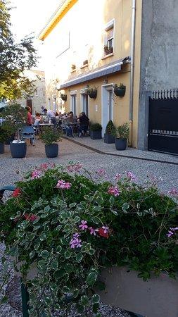 Villefontaine, Francia: Place fleurie et calme