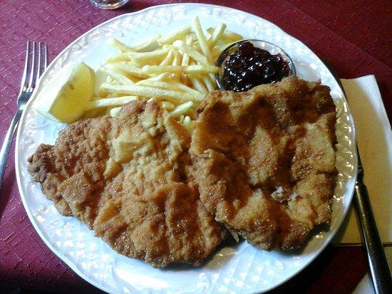 Gries am Brenner, Österreich: Wiener con patate fritte