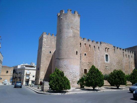 Castello dei Conti di Modica: Il Castello visto da piazza della Repubblica