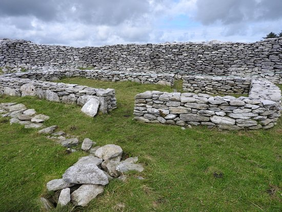 Caherconnell, Irlande : A foundation inside the ring. The attraction is numbered with a clear description of each spot.