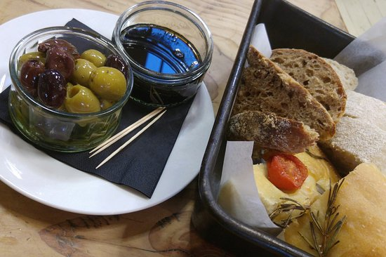 Langport, UK: Delicious artisan bread and olives