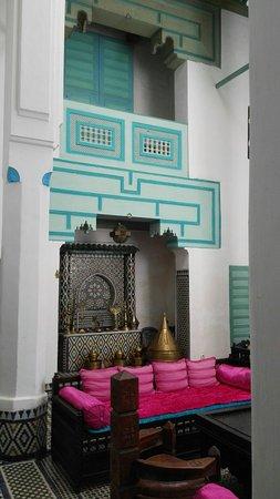 Riad Amazigh Meknes: Un angolo del salotto centrale