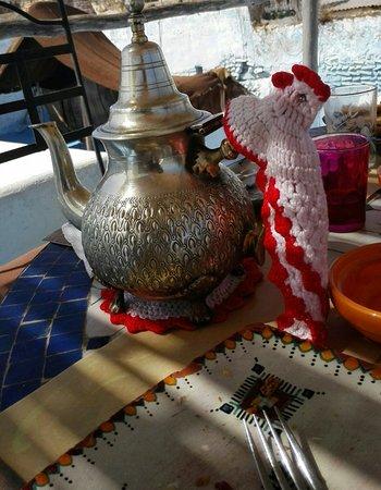 Riad Amazigh Meknes: Una delle teiere collezionate dalla Proprietaria