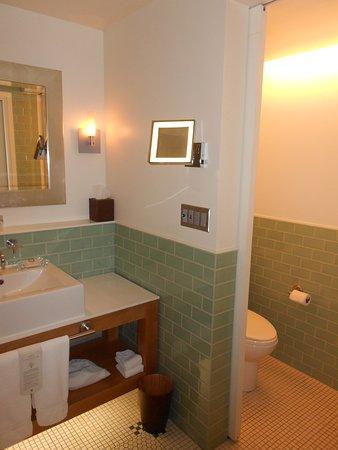 Chambre luxe 607 : salle de bains avec toilettes séparées par porte ...