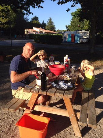 Saissac, Frankreich: vaste BBQ's en picknicktafel met uitzicht op speeltuintje