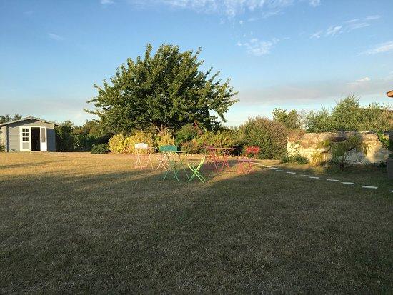 Les Ulmes, France : Jardin soigné et très bien entretenu. En couple ou en famille, détente assurée !  Filet de volle