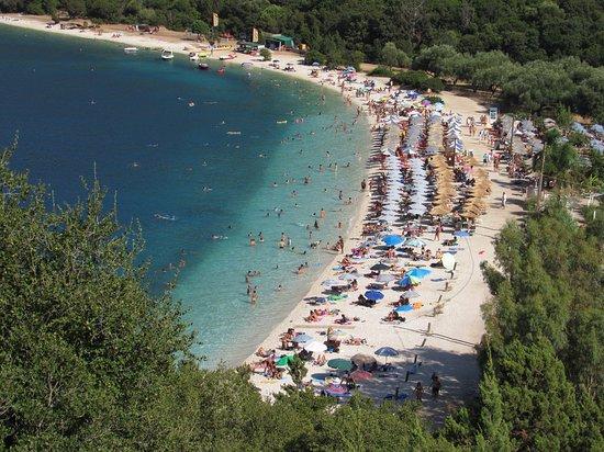 Ressa di gente sia in spiaggia che in acqua