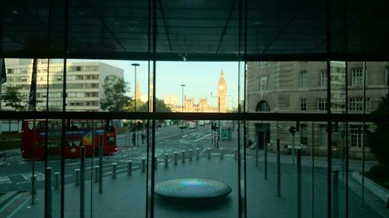 Park Plaza Westminster Bridge London: 2階ロビー窓から見た景色