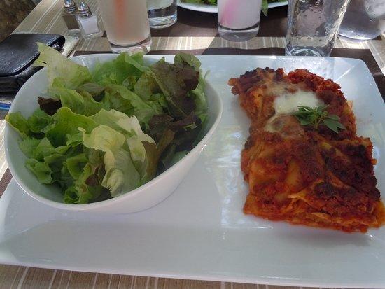 Le Beausset, France : Lasagne maison, légère et pleine de saveur, servie avec salade !