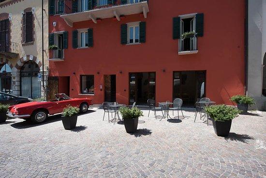 Neive, Ιταλία: Front of the Al Palazzo Rosso