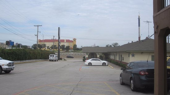 Red Roof Inn Arlington : View of Knights Inn with Six Flags Over Texas in background