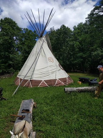 Hedgesville, Virginia Occidental: A shot of the sacred teepee near the main campfire site.