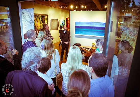 Solana Beach, Καλιφόρνια: Aaron present his work at an opening