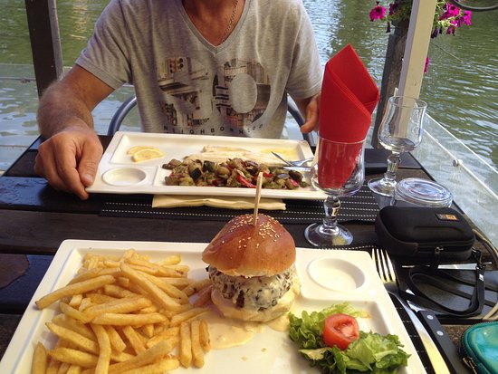 Clecy, Francia: Hamburger normand à la sauce camembert, hum...