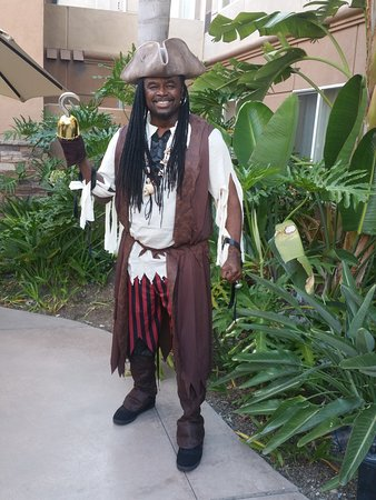 Homewood Suites by Hilton San Diego-Del Mar: Right outside my room ... headed to Pirate Dinner Adventure