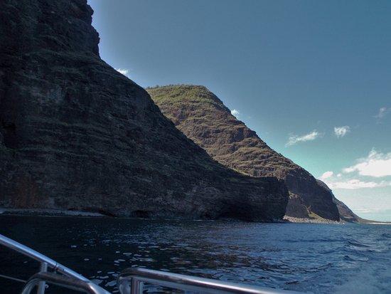 Eleele, Hawái: Sail the Na Pali Coast on the Akialoa 8