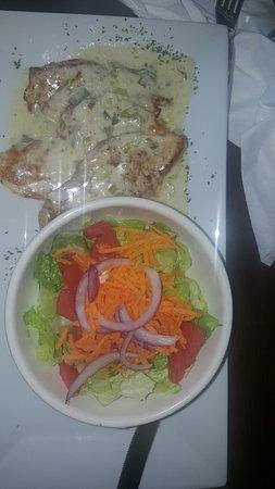 La barra : CHICKEN VERDEO with mixed salad.