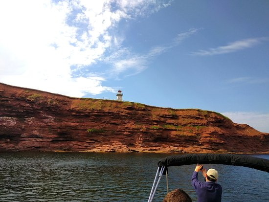 Stanley Bridge, Kanada: Red cliffs and the Cape Tryon lighthouse.