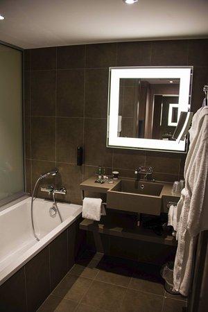 Salle de bain avec la baignoire, douche non visible à droie - Bild ...