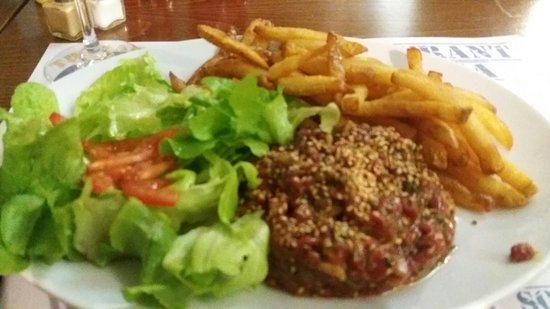 Damgan, Francia: Tartare coupé au couteau et pizza