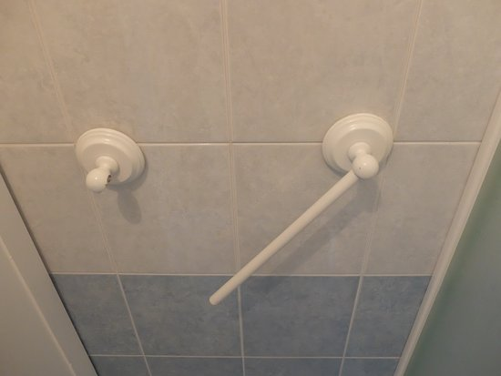 B&B Al Capitano: How youd you hang your SINGLE towel you have to use throught your stay?