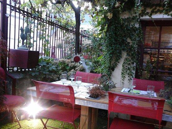 La Chartre-sur-le-Loir, فرنسا: la terrasse avec la table végétale