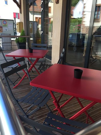 Mollkirch, Frankreich: Déco moderne loin des boulangeries habituelles , l'extérieur est agréable pour un café kueche!