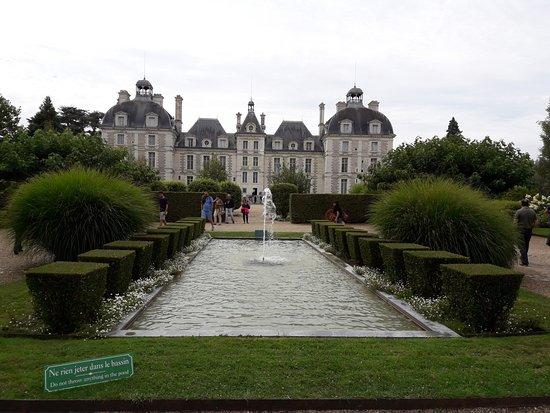 Cheverny, Francia: fachada posterior y jardines.