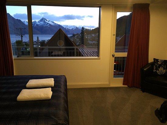 ターナー ハイツ タウンハウシズ, 2階メインベッドルームと眺望。2階からも良い眺めです。