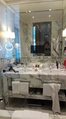 Besagter Fön und in Marmor das Bad mit integriertem TV im Spiegel ...