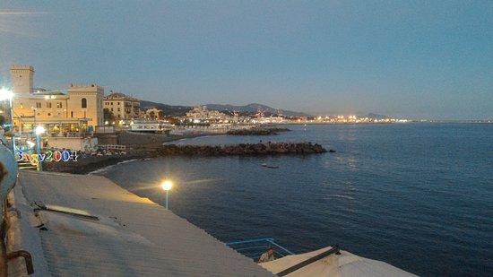Au0027 Pignatta: Vista Sul Lungomare Di Genova Pegli Di Fronte Al Ristorante