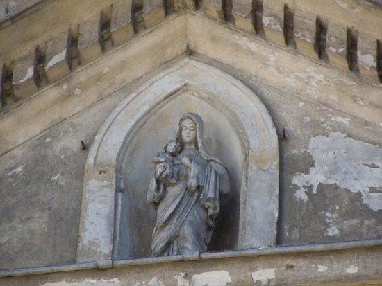 Église Saint-Germain de Pantin: Statue dans niche au-dessus de la porte d'entrée