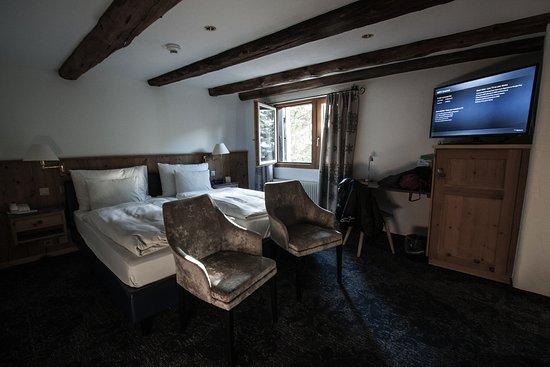 Hotel Chesa Rosatsch - Home of Food: Les chambres ne sont pas démentes. petite fenêtre, salles de bain toutes petites.