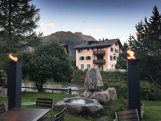 Селерина, Швейцария: La vue sur la rivière coté restaurant