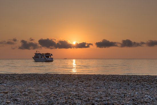 9 Muses Hotel Skala Beach: Sunrise from the beach across the road from the hotel