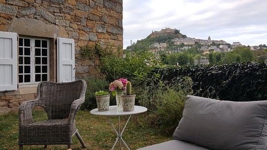 Severac-le-Chateau, Prancis: vue du village depuis le jardin