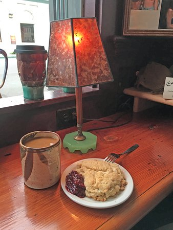 Ferndale, Californie : White coffee and a scone with jam