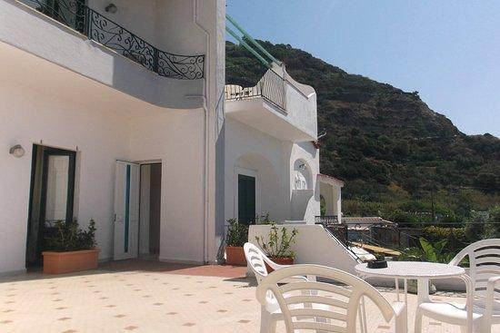 Hotel Maronti: La terrazzina al nostro piano! quiete
