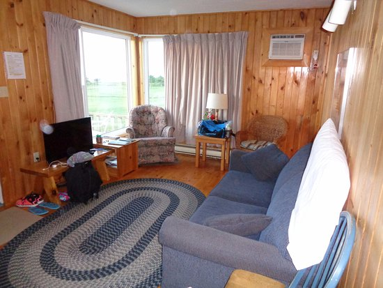 Cavendish Beach Cottages: The living room