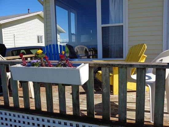 Cavendish Beach Cottages: Front deck with flowers and plenty of chairs